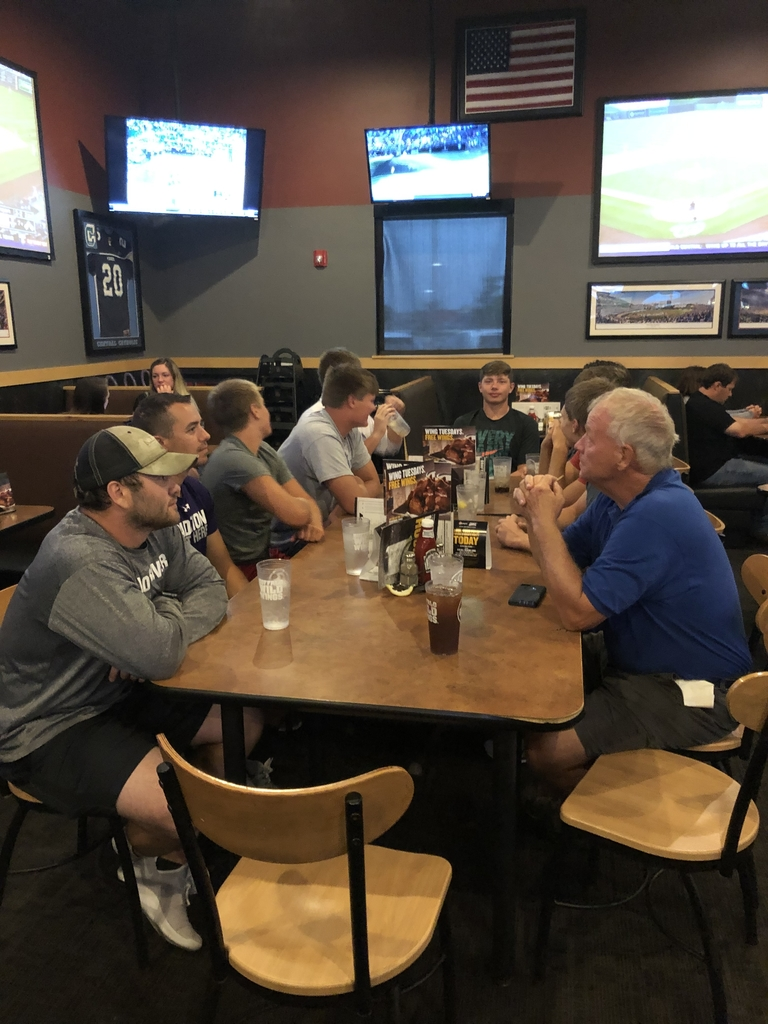 Senior football supper at where else but Bdubs!🤷‍♂️
